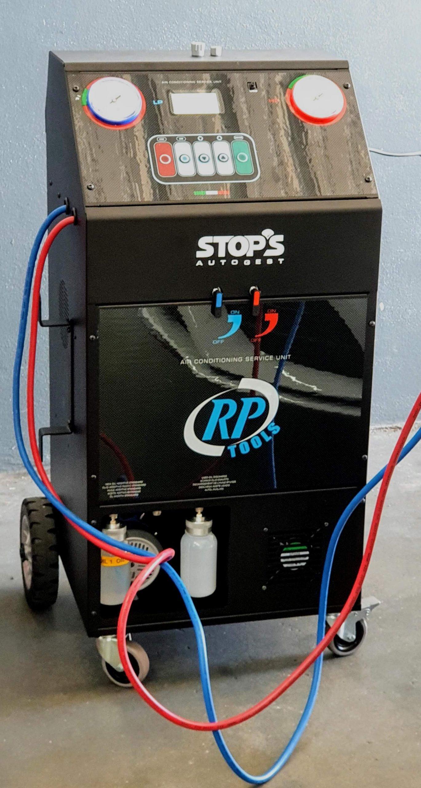 odas as máquinas de ar condicionado para o gás R1234yf que saem para o mercado atualmente, devem corresponder à norma SAE Standard J2843. Esta norma obriga as máquinas a ter algumas características, tais como:  Recuperar pelos menos 95% do gás do sistema de ar condicionado; Os filtros devem ter a capacidade de 150kg; Possuir uma porta USB para ligar um identificador de gás ou um indentificador de gás incorporado; Não recarregar o sistema de ar condicionado se detetar uma fuga.